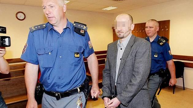 Až osmnáct let za mřížemi může strávit 34letý Pavel H., který se zpovídá z pokusu vraždy a těžkého ublížení na zdraví.