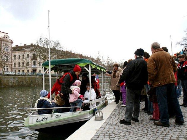 Turisté u parníku na náplavce Labe v Hradci Králové.