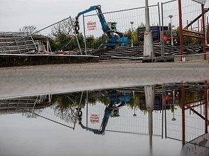 Demolice tribuny na malšovickém stadionu