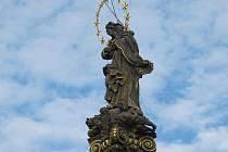 Panna Maria nazývaná Immaculata stojí na vrcholu mariánského sloupu