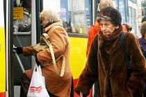 Hradečtí důchodci se bouří. Za celoroční jízdné mají zaplatit o 200 korun více.