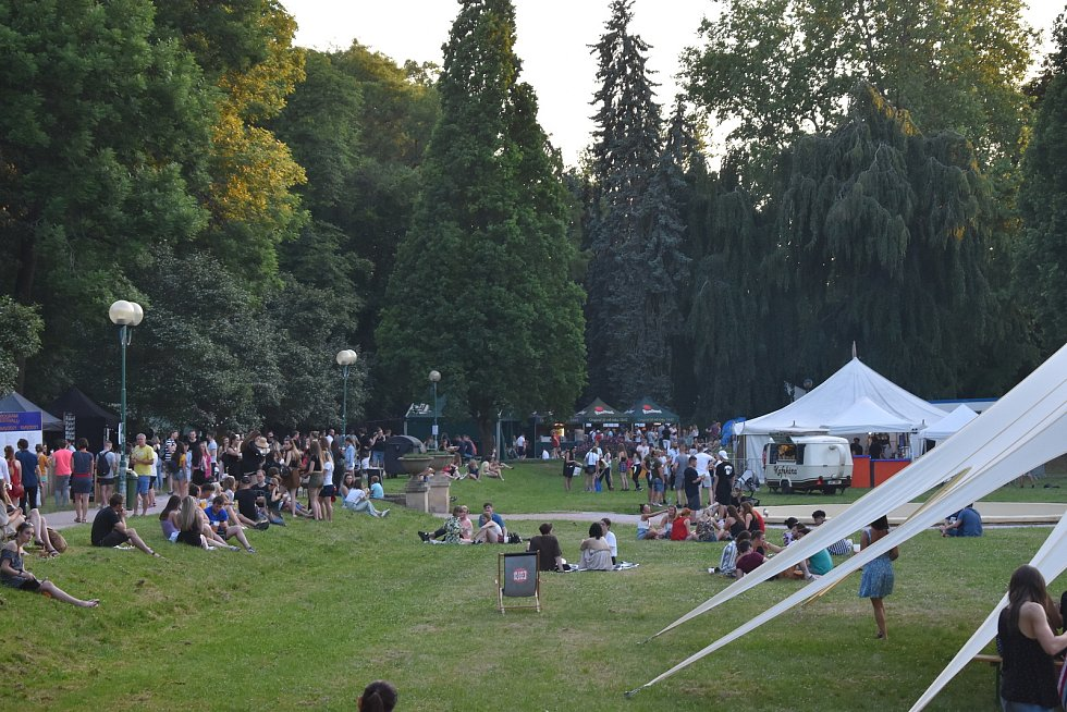 Ke vstupu nejen do Žižkových sadů potřebují návštěvníci festivalu akreditaci. V pátek večer se na ní stály dlouhé fronty.