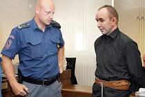Trest odnětí svobody na dvanáct let ve vězení s ostrahou uložil 20.září již podruhé v letošním roce krajský soud Zdeňku Čapkovi. Podle rozsudku se obžalovaný dne 5. října loňského roku odpoledne dopustil pokusů vraždy a vydírání nezletilé dívky.