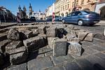 Rozbitá silnice na Velkém náměstí v Hradci Králové.