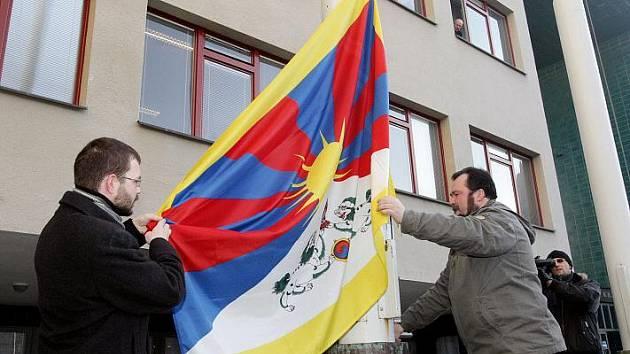 Na stožáru před hradeckou radnicí opět zavlála 10. března 2010 vlajka Tibetu.