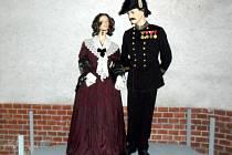 Každodenní vycházkové dobové oblečení. S dámou není voják, jak by se na první pohled zdálo, ale učitel. Obleky byly pro danou dobu velmi podobné.