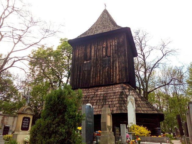 Čtyřpatrový bytový dům by čněl nad zvonicí, která je kulturní památkou stejně jako zdejší roubený kostel vareálu hřbitova. Budova by navíc podle kritiků narušila pietu místa posledního odpočinku.