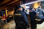 Policie v hospodě Na Soutoku v Hradci Králové