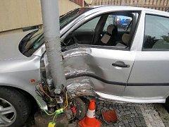 Havárie osobního automobilu v hradecké Divišově ulici.