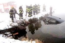 Havárie osobního vozidla do vodní nádrže v ulici Petra Jilemnického v Hradci Králové.