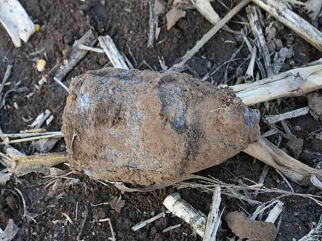 Nalezený dělostřelecký granát v Sadové na Hradecku.