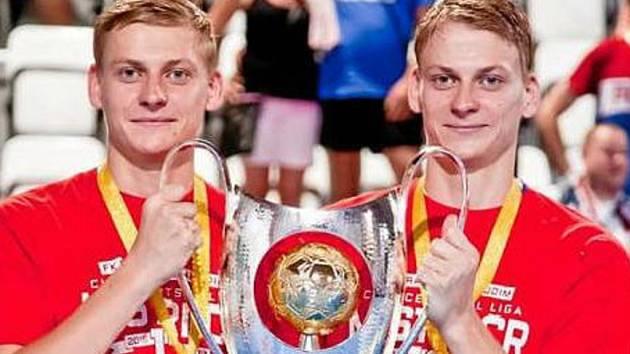 Kdo je kdo? Nejznámější futsalová dvojčata Pavel (vlevo) a David (vpravo) Drozdovi jsou pro mnohé k nerozeznání.