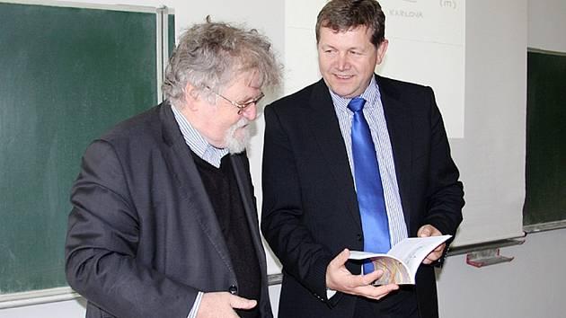 Profesor Jaroslav Nešetřil a rektor UHK Josef Hynek.
