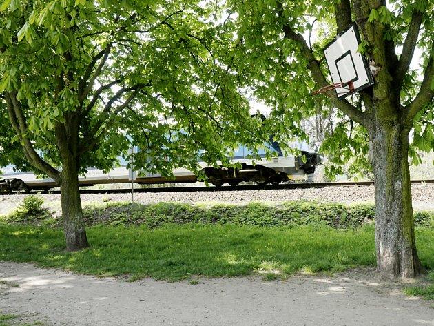Kaštanová alej v Hradci Králové podél železniční trati do Pardubic.