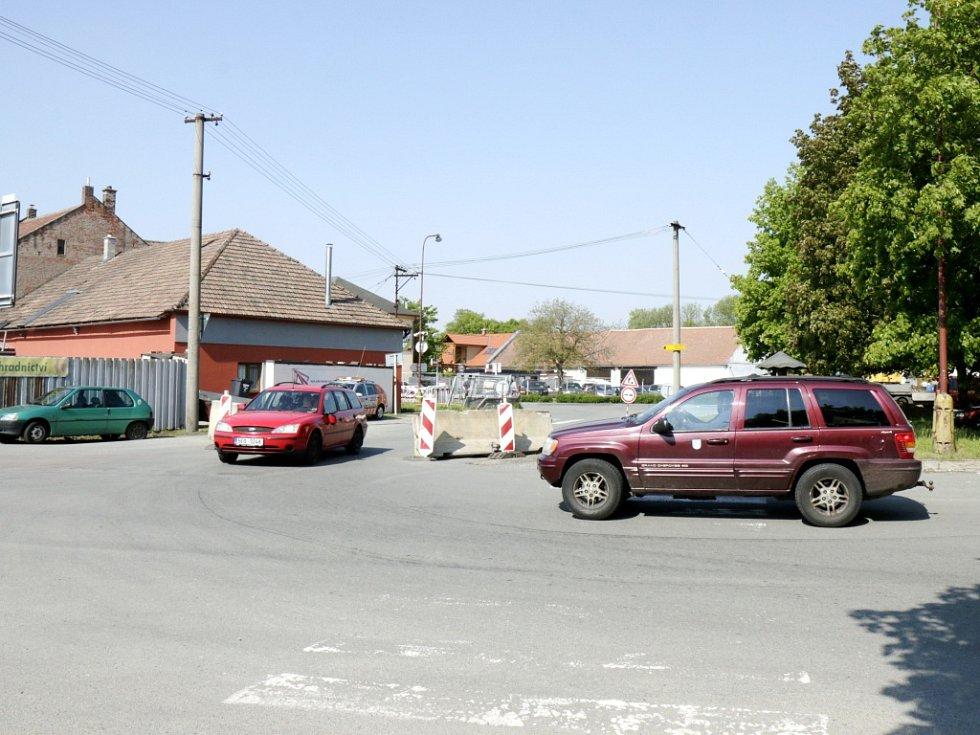 Silnici během rekonstrukce ještě zúžili, místo je tak pro protijedoucí vozy nebezpečné.