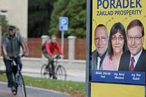 """Volební plakát """"zkrášlený"""" tykadly."""
