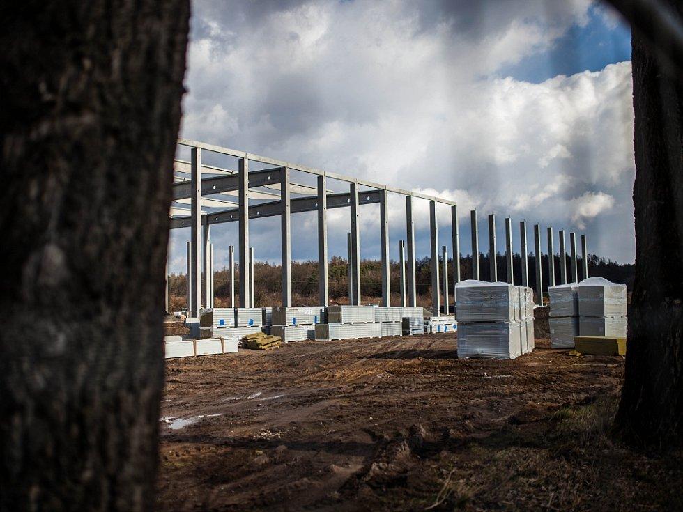 Rozestavěné skladovací haly na okraji Hradce Králové.