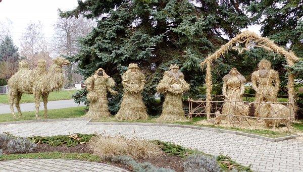 Betlém ze sena a slámy vyrostl uzvoničky vMokrovousech.