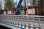 Zátěžová zkouška mostu ve Svinarech.