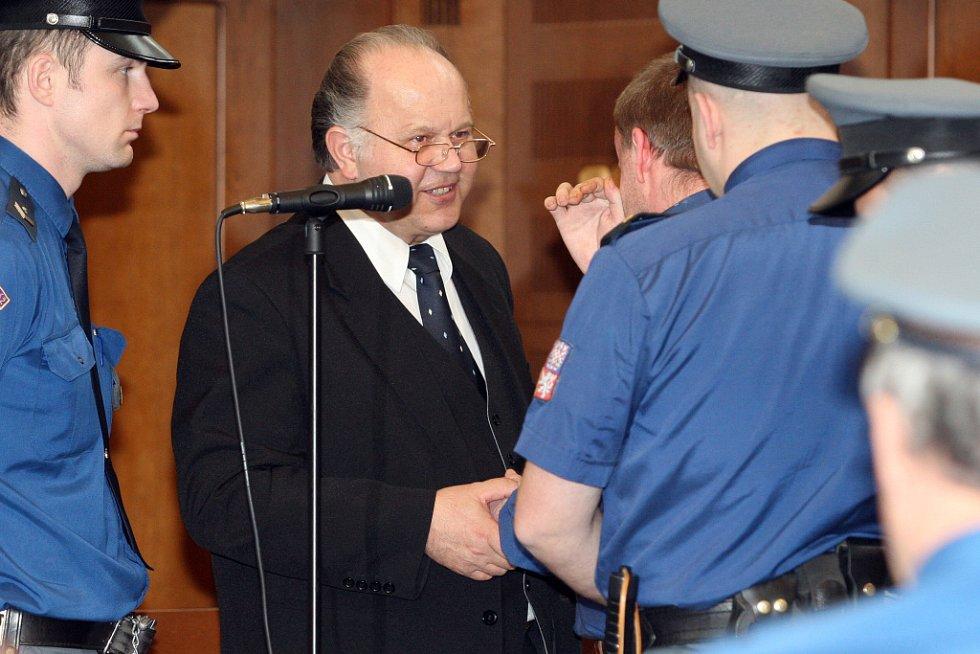 U Krajského soudu v Hradci Králové skončilo hlavní líčení s obžalovaný Petrem Zelenkou v kauze heparinových vražd. Senát krajského soudu mu udělil trest odnětí svobody na doživotí. Obhájce obžalovaného Jan Herout.