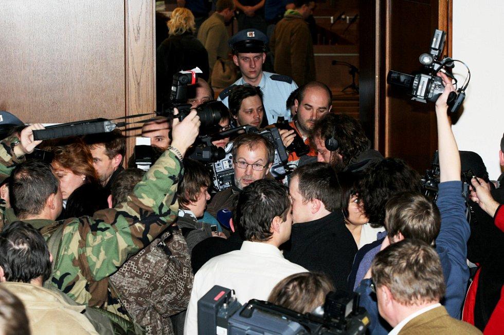 U Krajského soudu v Hradci Králové skončilo hlavní líčení s obžalovaný Petrem Zelenkou v kauze heparinových vražd. Senát krajského soudu mu udělil trest odnětí svobody na doživotí.Účastníci hlavního líčení vycházejí ze soudní síně.
