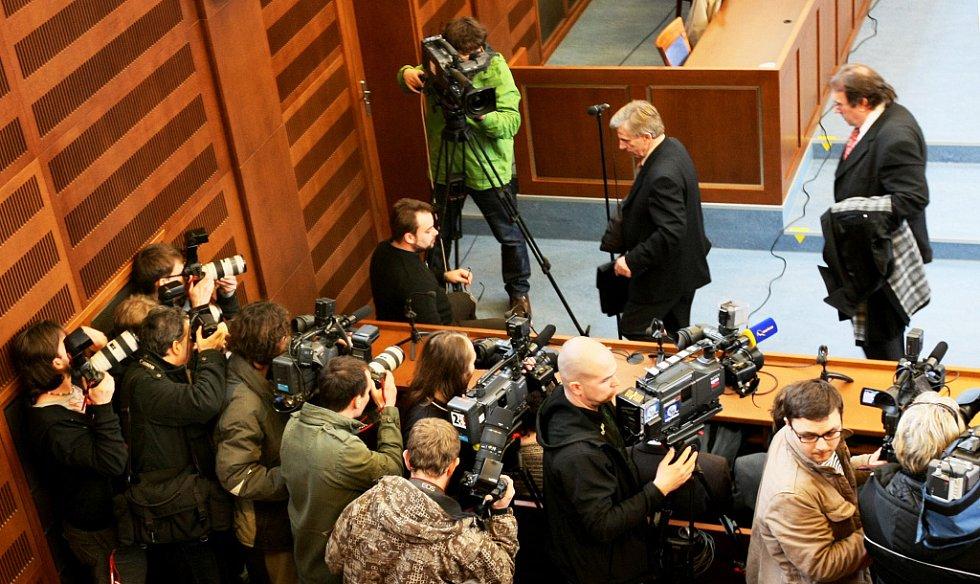 U Krajského soudu v Hradci Králové skončilo hlavní líčení s obžalovaný Petrem Zelenkou v kauze heparinových vražd. Senát krajského soudu mu udělil trest odnětí svobody na doživotí.Otec obžalovaného Bohuslav Zelenka.