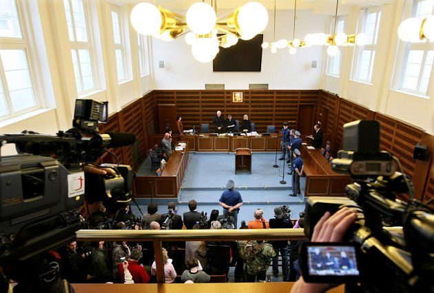 U Krajského soudu v Hradci Králové skončilo hlavní líčení s obžalovaný Petrem Zelenkou v kauze heparinových vražd. Senát krajského soudu mu udělil trest odnětí svobody na doživotí.