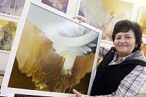 Majitelka  Galerie Barbara Renata Hübnerová s jedním z obrazů Jiřího Šindlera, jejichž výstavou v těchto dnech galerie ve Střelecké ulici slaví dvacet let své existence.