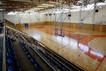 Rekonstrukce podlahy poničené vlhkým betonem v hale v Třebši po půl roce skončila