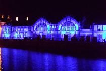 Královéhradecká malá vodní elektrárna Hučák s modrým nasvícením na podporu Světového dne autismu.