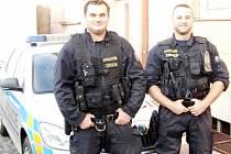 Policisté z Obvodního oddělení PČR v Třebechovicích pod Orebem - pprap. Tomáš Gois a pprap. Karel Hlaváč.