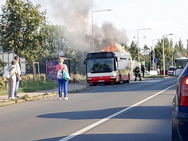 Požár autobusu MHD v hradecké ulici Akademika Bedrny.