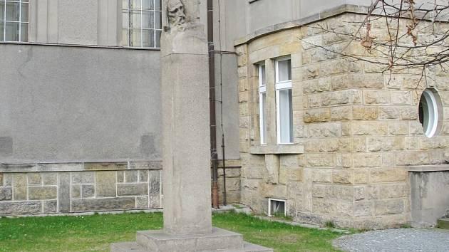 Autorem hlavy Mistra Jana Husa v Nezvalově ulici je sochař František Fabiánek.