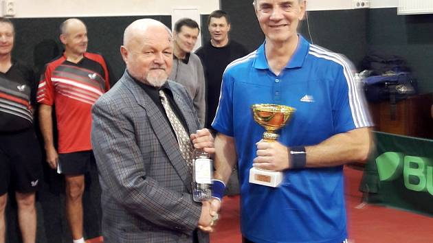 Ředitel vánočního turnaje Ján Hrdý oceňuje nejlepšího hráče dvouhry Antonína Pugzíka (v modrém).