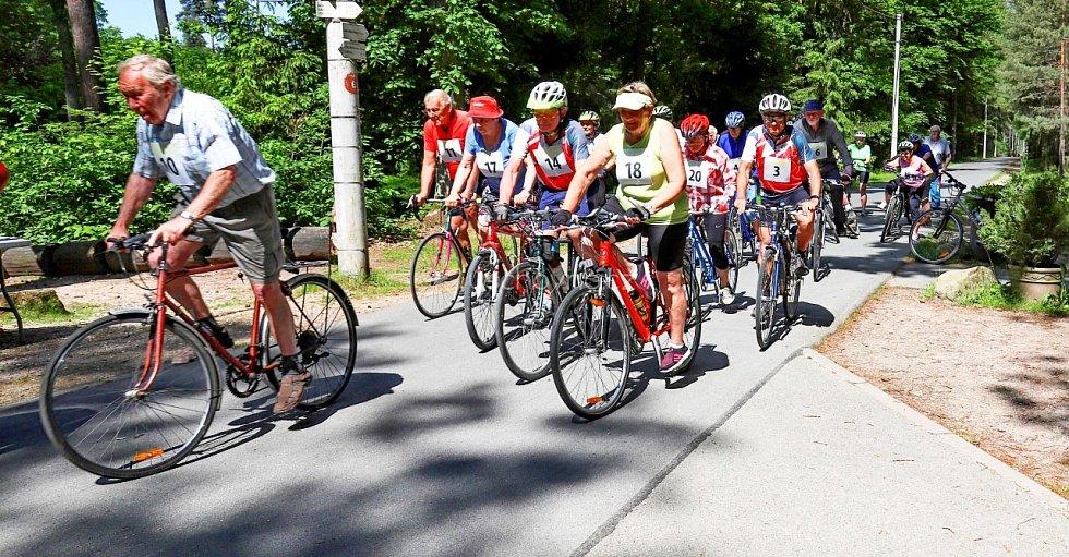 Hradečtí senioři zdárně dojeli do cíle lesní cyklostezky.