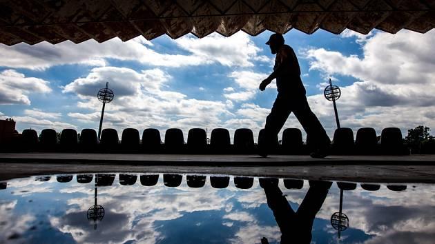 Přestavba východní tribuny na Všesportovním stadionu v hradeckých Malšovicích.