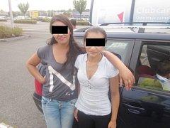 Žebrající Rumuni u hradeckého nákupního centra.