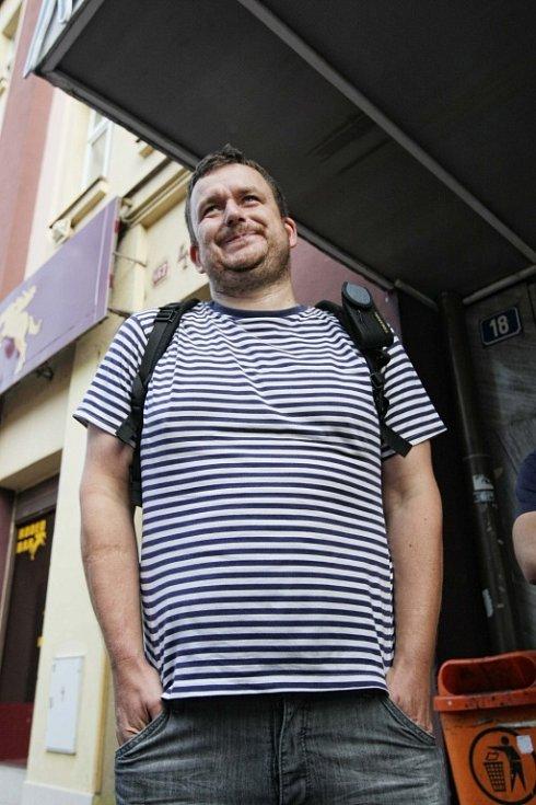 Kino centrál v Hradci Králové jen tak promítat nebude. 1.srpna si chtěli úředníci magistrátu převzít prostory kina, ale Leoš Kučera, který zastupuje sdružení Pro-Centrál, je tam nepustil.