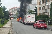 V centru Hradce hořelo auto