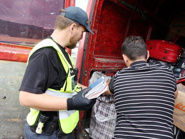Celní kontroly v nákladní dopravě.