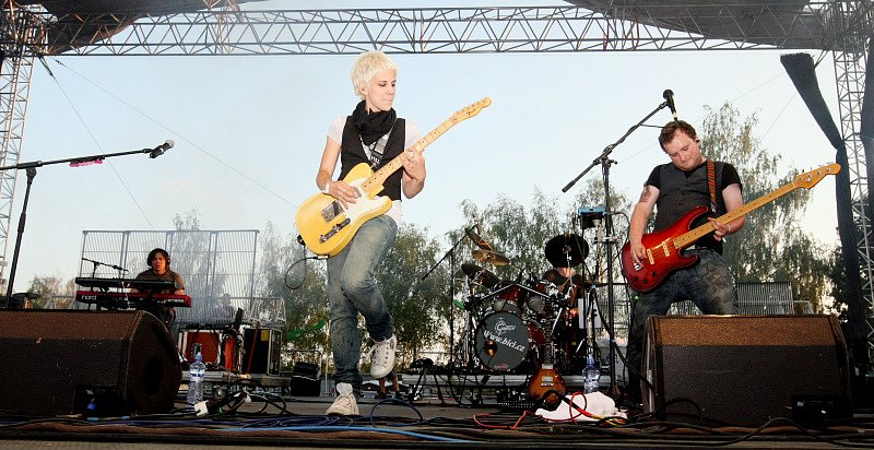 Aneta při svém vystoupení před diváky Rock for People 2008