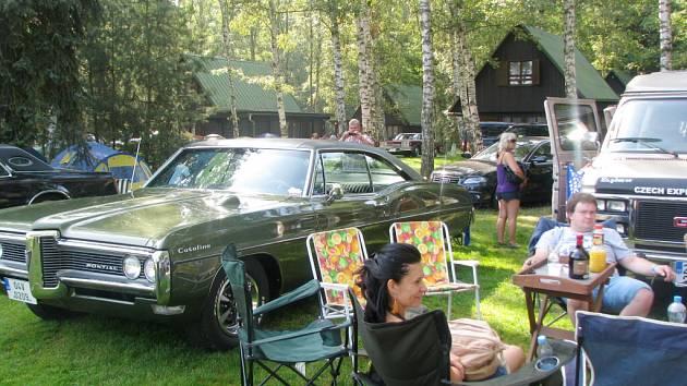 Vozy americké výroby v areálu hradeckého autokempu Stříbrný rybník.