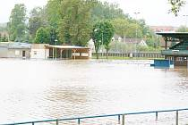 Zaplavené hřiště v Chlumci nad Cidlinou z června roku 2013.