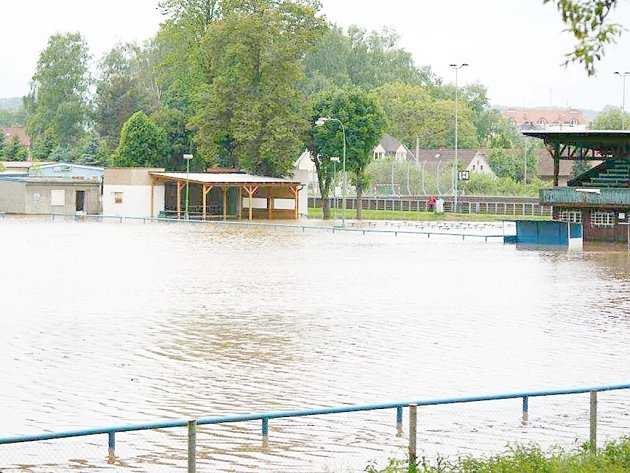 Zaplavené hřiště vChlumci nad Cidlinou zčervna roku 2013.