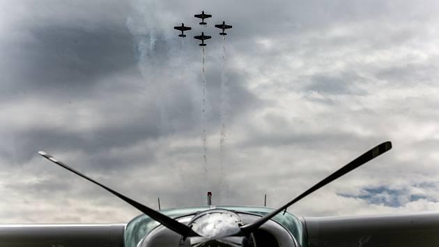 Česká skupina Flying Bulls Aerobatics Team oslavil 60 let od založení původní skupiny Chrudimská 4