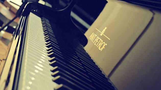 Klavír Ant. Petrof u příležitosti výročí 150 let od založení společnosti.