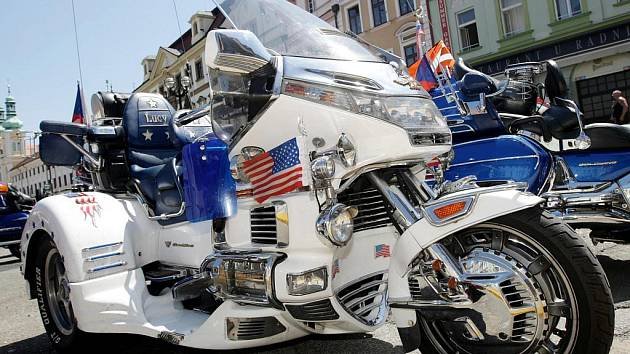 Účastníci 14. mezinárodního srazu řidičů motocyklů Honda Goldwing dorazili 9. července na Velké náměstí v Hradci Králové.