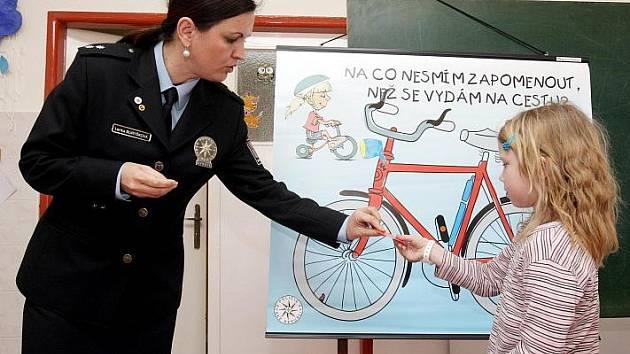Hradečtí policisté učili malé pacienty nemocnice, jak správně přejít přechod a na co si dávat pozor na silnici, 8. dubna 2010.