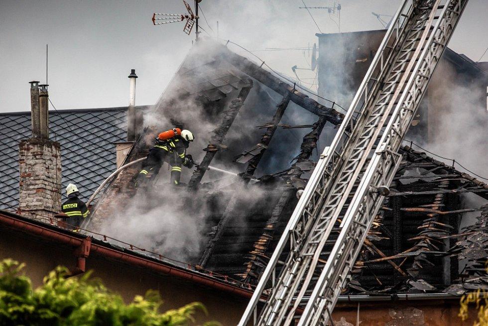 Požár střechy domu ve Dvoře Králové nad Labem.