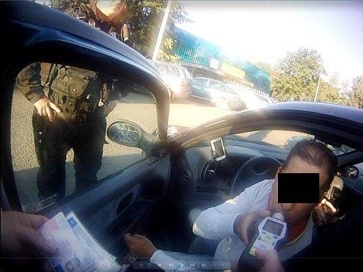 Strážníky zastavené vozidlo řízené opilým šoférem.
